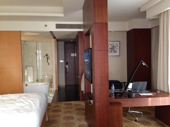 Renaissance Shanghai Putuo Hotel:                   工作台在电视后面,有点不习惯