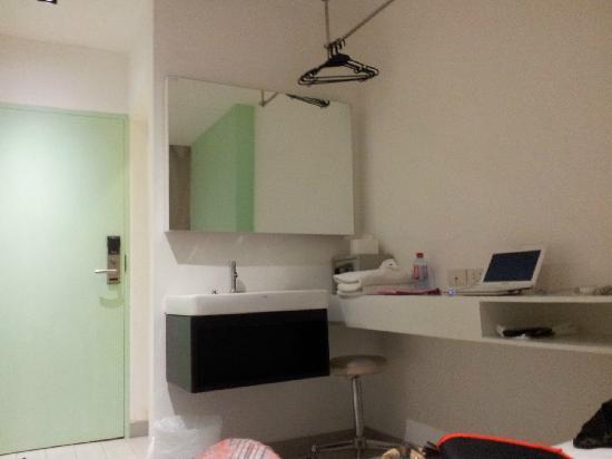 Nantra De Comfort: 镜子、洗手台、桌子