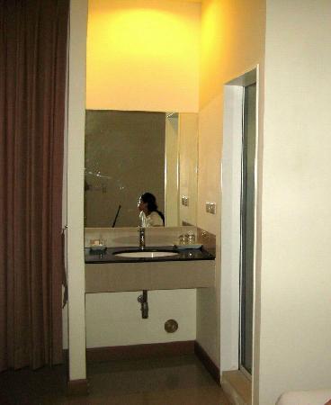 Imm Hotel Thaphae Chiang Mai:                   直接面对大床的洗面台