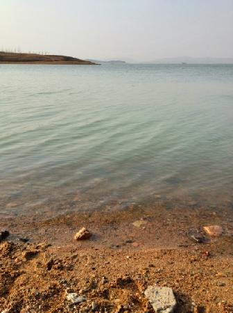 Zhaoping Lake: 傍晚湖光十色。