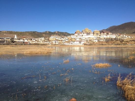 Sumtsaling Monastery:                   湖边的寺院