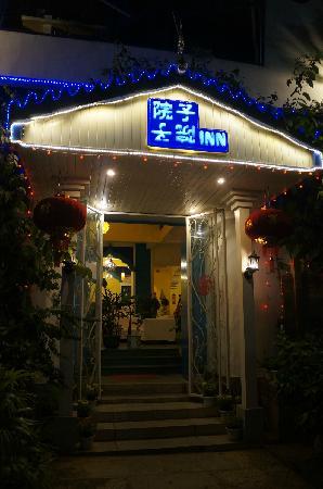 Yangshuo Gardenyard Inn : 门口-夜景