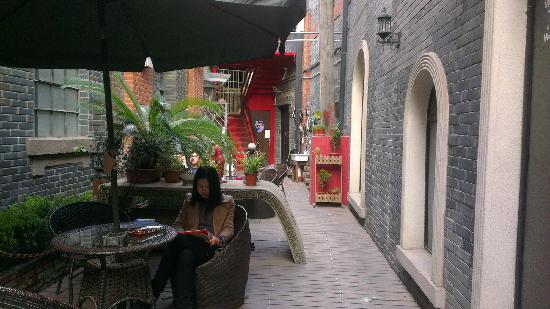 Shanghai SOHO International Youth Hostel:                                     室外休息