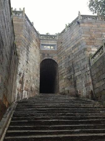 Yueyang Pavilion (Yueyang Lou): 岳阳楼下岳阳门