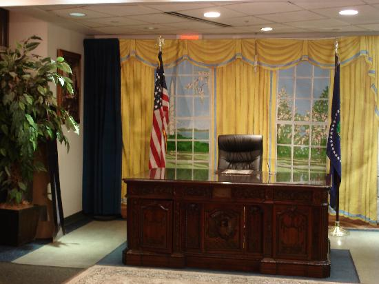 White House Visitors Center: oval office