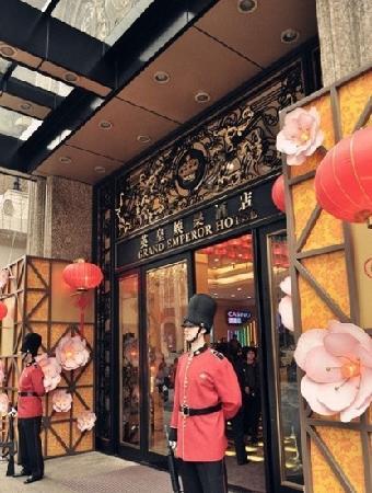 Grand Emperor Hotel: 门口
