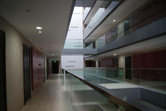 Mingjie Apartment Hotel Dalian Bainianhui: 走廊,看天棚,可以看到天的