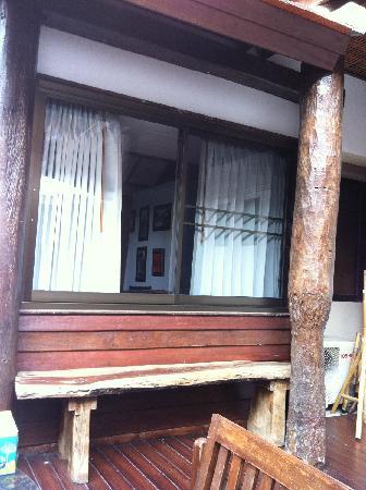 Jangmuang Boutique House: 庭院看卧室窗