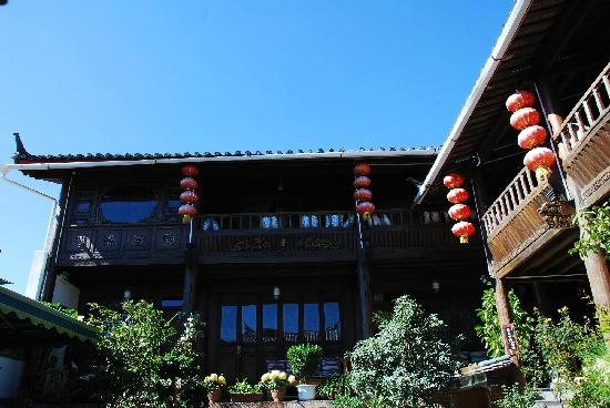 Huayang Nianhua Inn Lijiang Yangguang Lijiang : 站在庭园看天空,好蓝啊