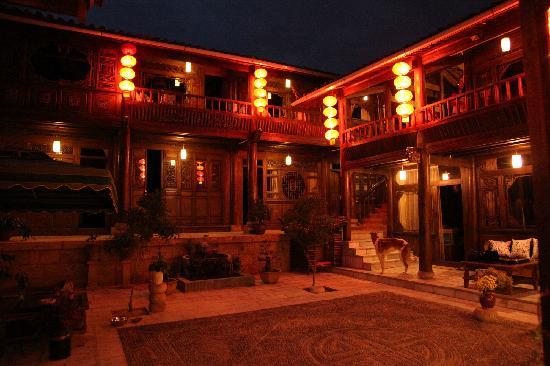 Huayang Nianhua Inn Lijiang Yangguang Lijiang : 晚上的灯光给人好温暧的感觉