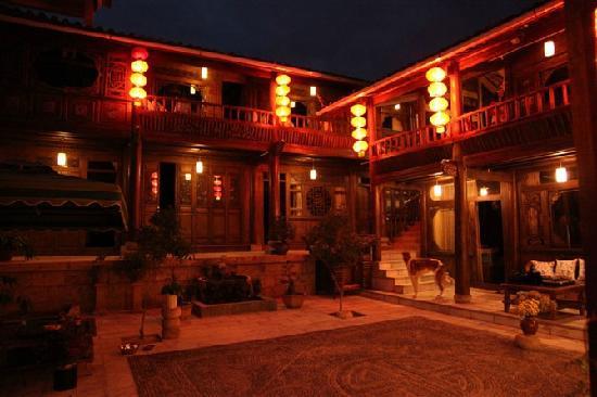 Huayang Nianhua Inn Lijiang Yangguang Lijiang : 静谧的阳光丽江客栈红灯笼高高挂