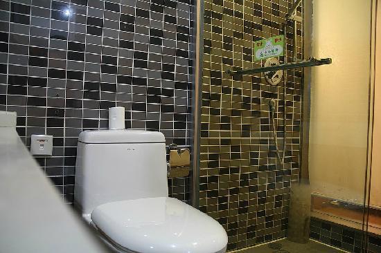 C2C Hotel: 有异味的厕所,没明白从何而来