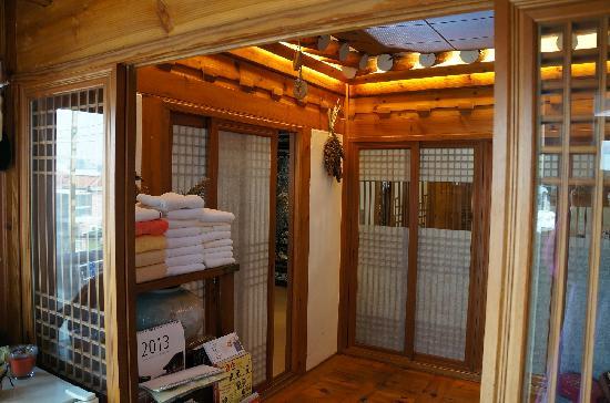 Bukchonmaru Hanok Guesthouse: 第一进的空间