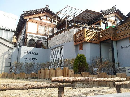 Bukchonmaru Hanok Guesthouse: 虽然还没有绿色,但是别有一种气氛