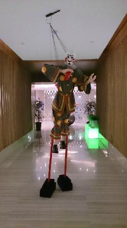 Kempinski Hotel Chongqing: 元素餐厅入口处的木偶
