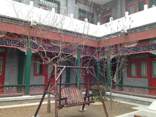 Beijing Heyuan International Youth Hostel: 院子里的秋千椅
