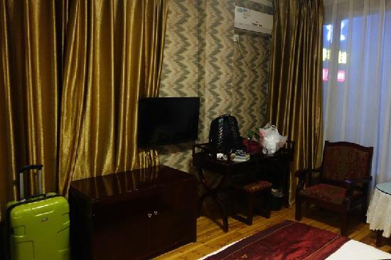 Mount Emei Shanshen Hotel : 壁挂电视和空调