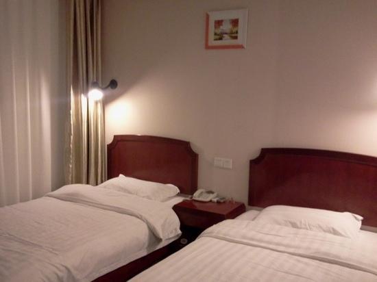 Jinyue 99 Inn Shanghai Pudong Airport Shiwan: 客栈的床
