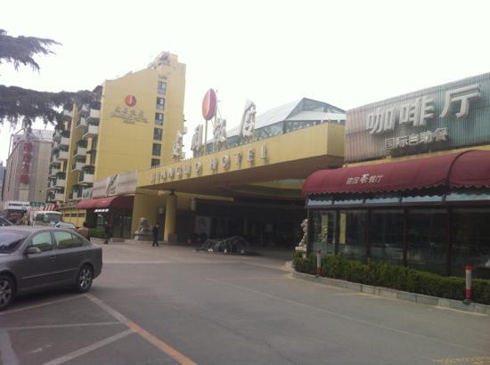 Beijing Jianguo Hotel: 使用黄色这种暖色调搭配黑色阳台,看起来就很温暖,位置很好呦,给人感觉很亲切