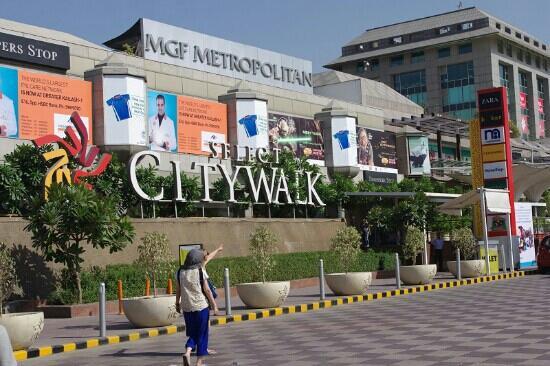 Garden Walk Mall: Small Garden In Front Of City Walk