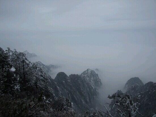 Celestial Capital Peak (Tian Du Feng): 天都峰就藏在云海的深处
