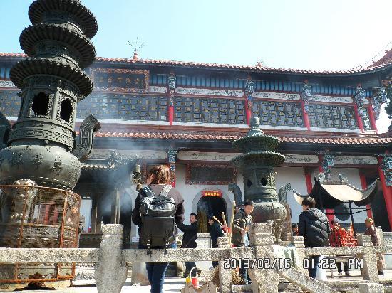Jiuhua Mountain: 五百罗汉堂,香火鼎盛,游人如潮