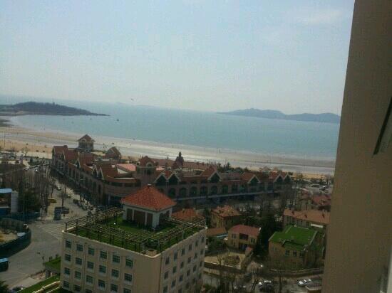 Huanghai Hotel: 离海边很近,海景房,窗外美景很诱人