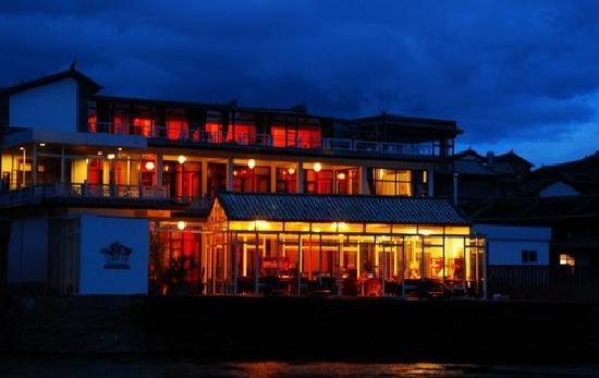Shuanglang Chunnuan Huakai Inn: 客栈温馨的夜景