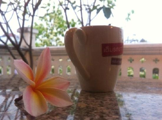Baan Say La Guest House: coffee with the flower fallen down the road