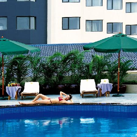 Aster Hotel: 游泳池