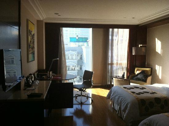 Golden Eagle Summit Hotel : 可以欣赏城市景观的大面积落地窗户