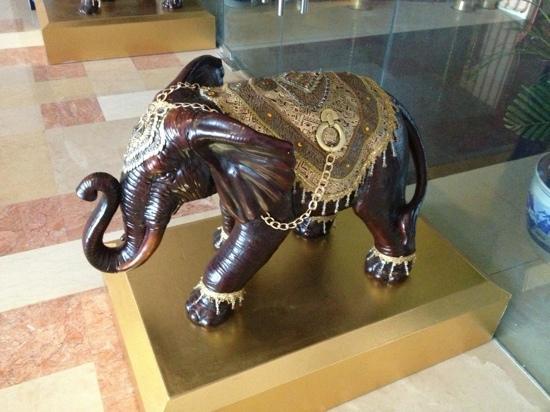 The TAJ Pavilion : 餐厅的印度象雕