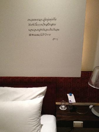 โรงแรมเลอ เมอริเดียน กรุงเทพ: 床头的题字。