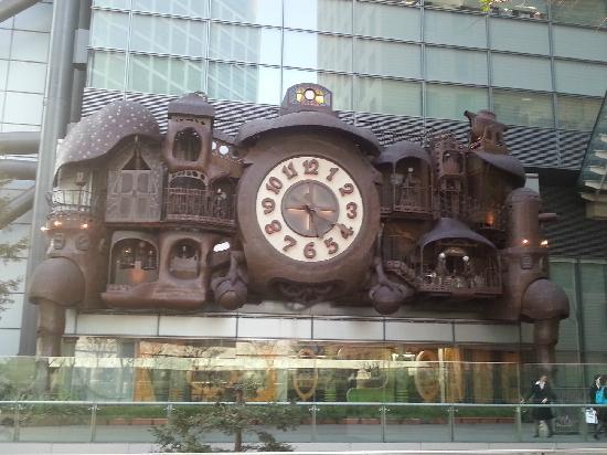 Conrad Tokyo: 宫崎骏设计的大钟就在酒店的附近