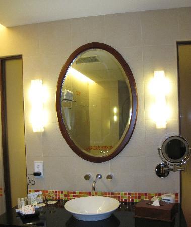 Hulhule Island Hotel: 洗手间