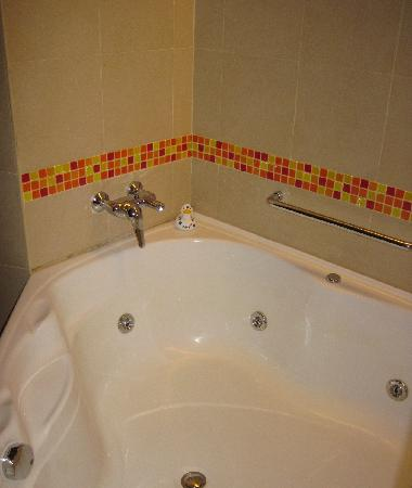 Hulhule Island Hotel: 浴室