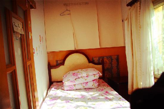 Brigtness Pioneer Hostel: 阳光满床单人房