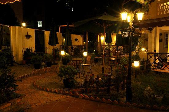 Locanda International Youth Hostel Lundu: 夜晚庭院