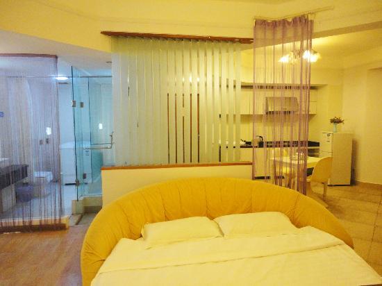 Guanhai Xiaowu Hostel : 房间是浪漫的暖色调