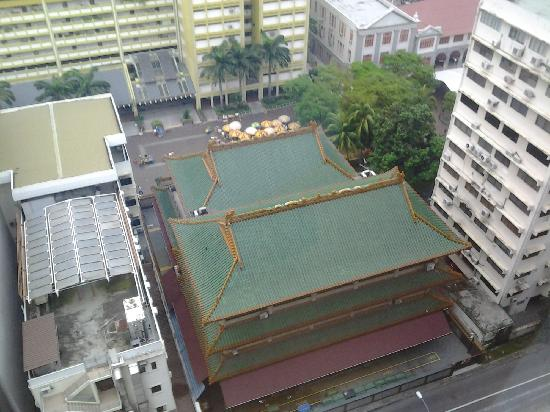 Kuan Yin Thong Hood Cho Temple: 从酒店窗户看楼下的观音堂