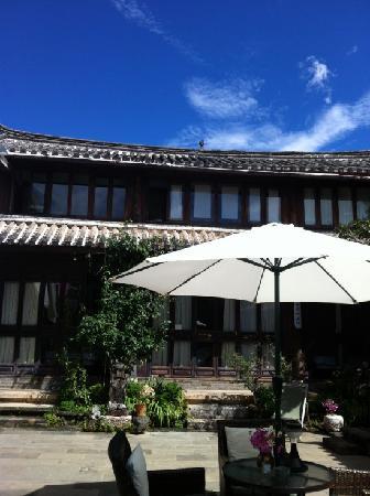 Fenghuangge Hostel: 庭院