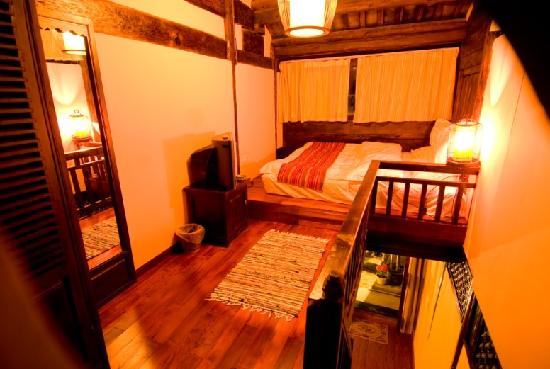 Fenghuangge Hostel: 庭院美景复式房