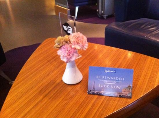 Radisson Blu Royal Park Hotel, Stockholm: 大堂桌上的迎宾牌