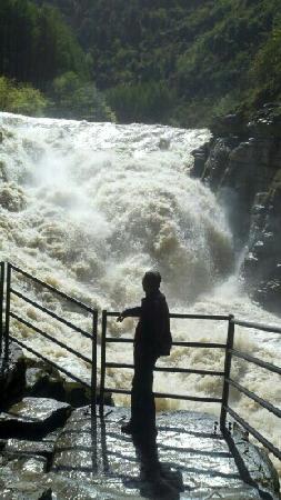Tenglong Cavern: 腾龙洞入口的大瀑布