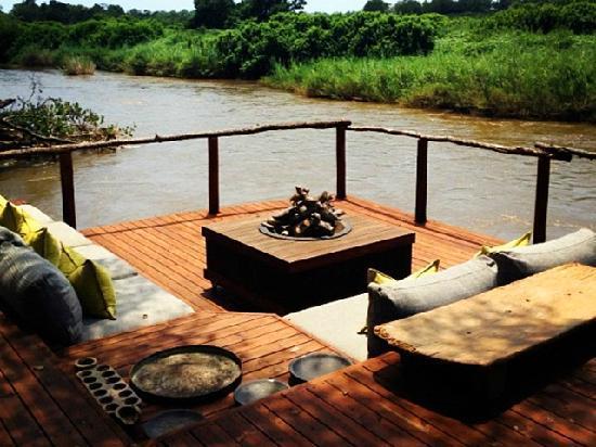Lion Sands Ivory Lodge: 房间附带的河畔休息区