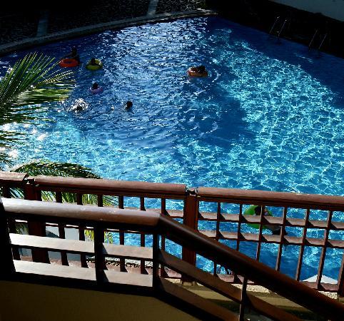 Tian Hong Resort: 住的池畔套房从阳台可以到游泳池哦