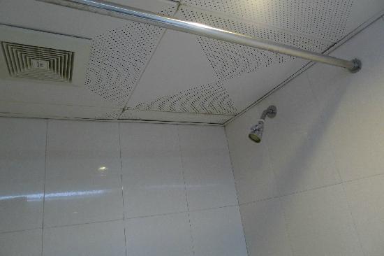Tiansheng Hotel Nanjing: 漏水的浴室
