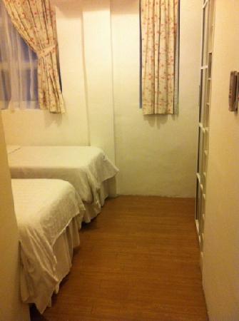 Bridal Tea House Hotel Hung Hom Gillies Road: 床真的好小喔