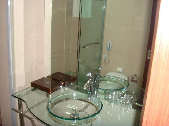 Junhang Holiday Hotel : 客房内独立卫浴