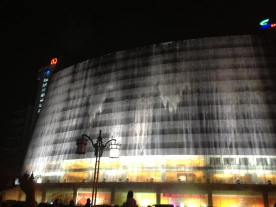 جويلينج ليانج ووتر فول هوتل: 八点半开始的瀑布表演